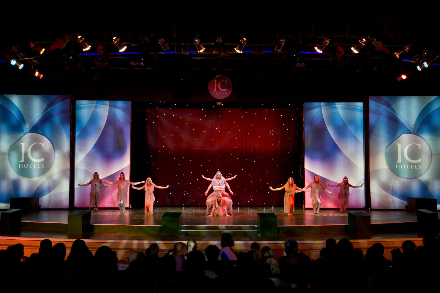 ic_hotels_green_palace_evening_show_11.jpg